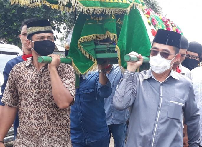 Erwin Arifin Dimakamkan di Dekat Makam Sang Ayah