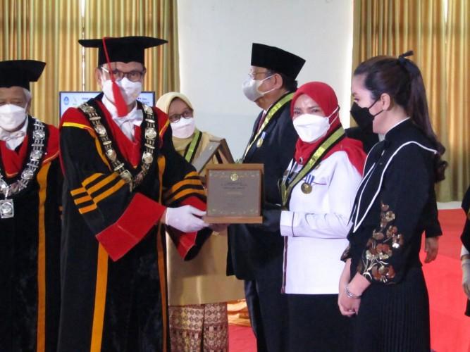 Eva Dwiana Terima Penghargaan Adi Karsa Madya dalam Dies Natalis Ke-7 Itera