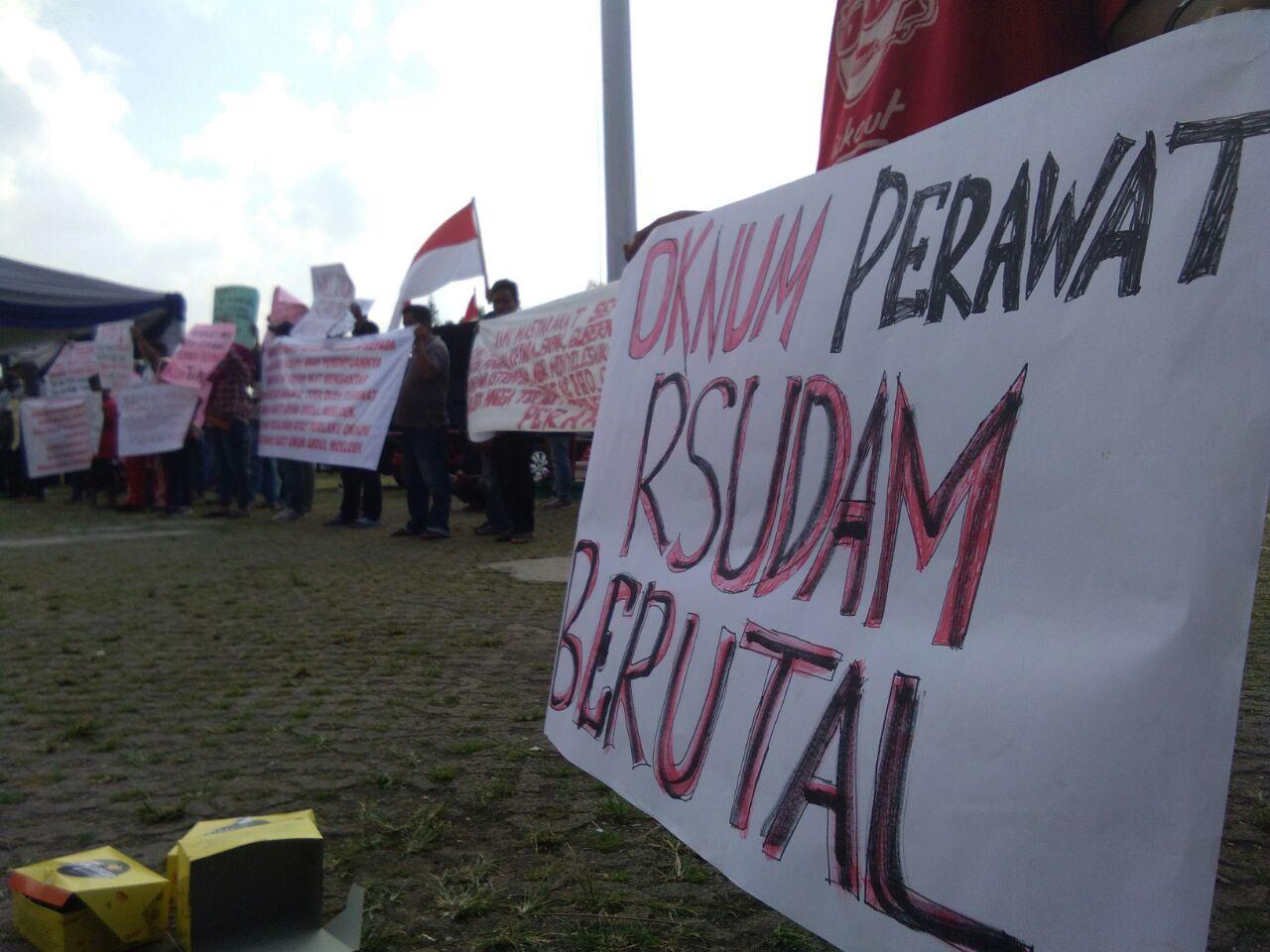 Masyarakat Simpatik Kasus Kekerasan Fisik Oknum Perawat RSUDAM Gelar Orasi
