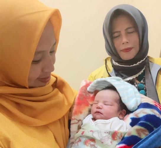 Fauzi dan Isteri Sambangi Bunga dan Bayinya di Puskes