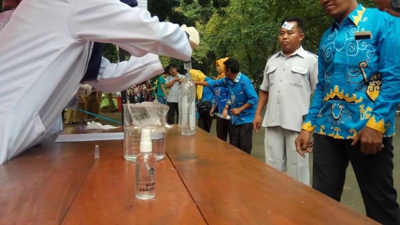 FMIPA Unila Bagikan Ratusan Hand Sanitizer
