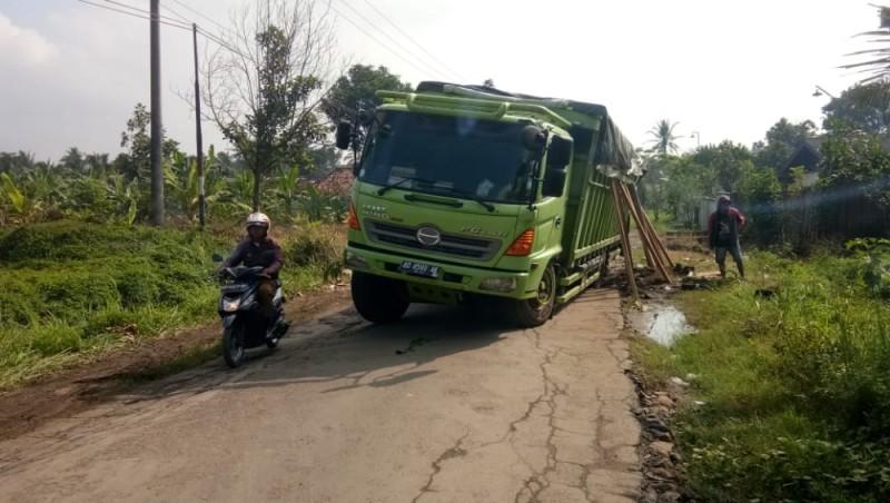 Fuso Bermuatan Jagung Amblas di Jalan Poros Berlubang