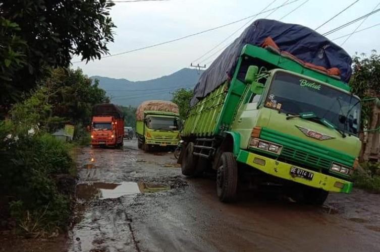 Fuso dan Truk Terperosok di Jalan Poros Palas