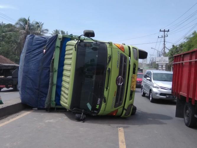Fuso Terguling di Natar Akibatkan Kemacetan Panjang