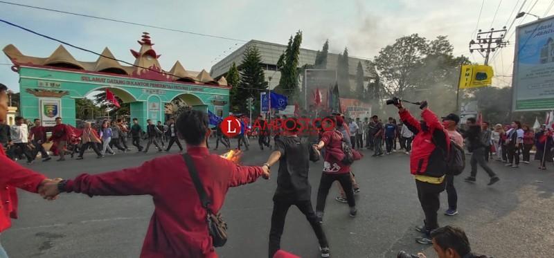 Gagal Temui Gubernur, Cipayung Plus Blokir Jalan dan Bakar Ban