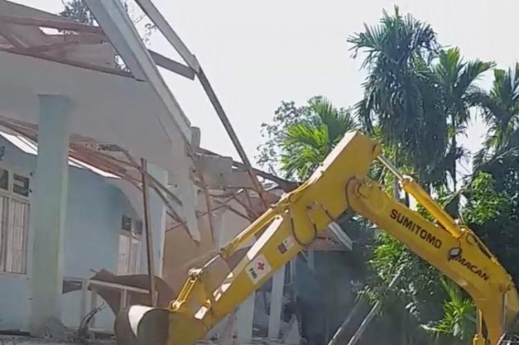 Gedung Kampus Unika yang Rusak karena Gempa Mamuju Dirobohkan