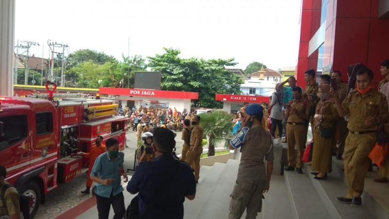 Gedung Satu Atap Pemkot Keluarkan Asap, Pegawai Berhamburan