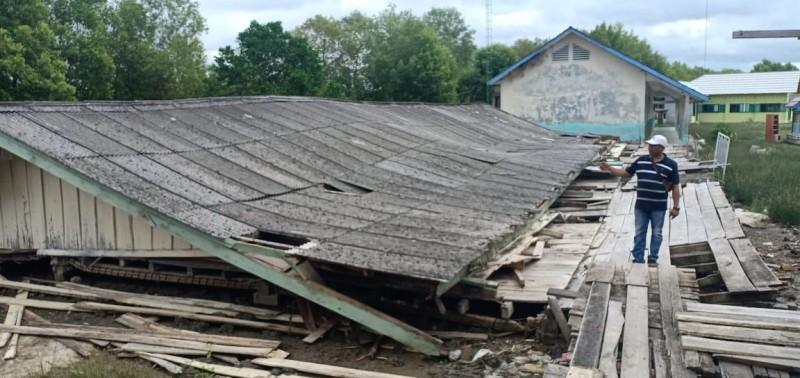 Gedung SDN 1 Kampung Sungaiburung Ambruk
