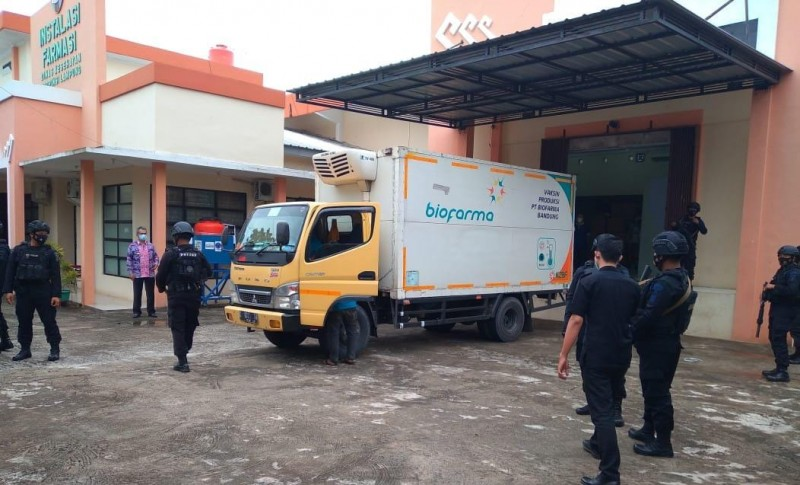 Gegana Polda Lampung Kawal Kedatangan 33.640 Vaksin Tahap II