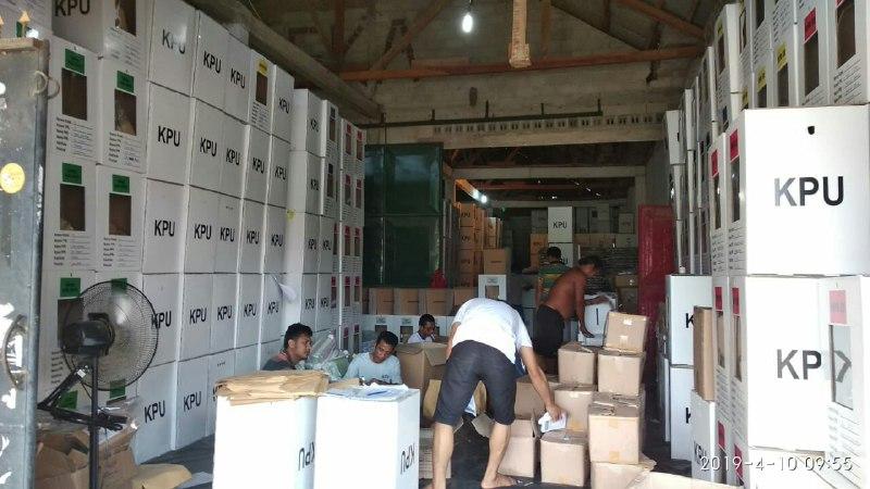 Geliat Pekerja di Gudang Logistik KPUD Tubaba