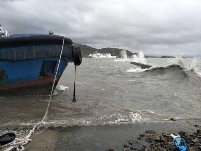 Gelombang Tinggi Masih Ancam Pesisir Lampung