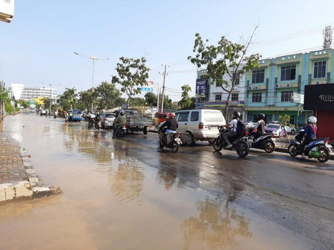 Genangan Air Sebabkan Kemacetan di Jalan ZA Pagar Alam