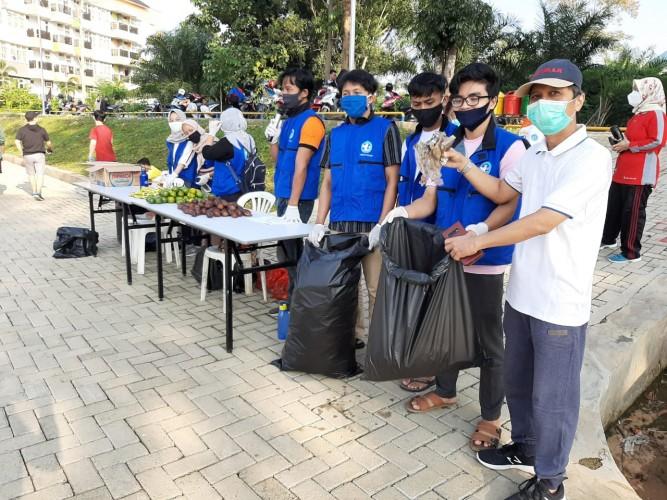Gerakan Peduli Lingkungan, Unila Adakan <i>Trash For Food</i>