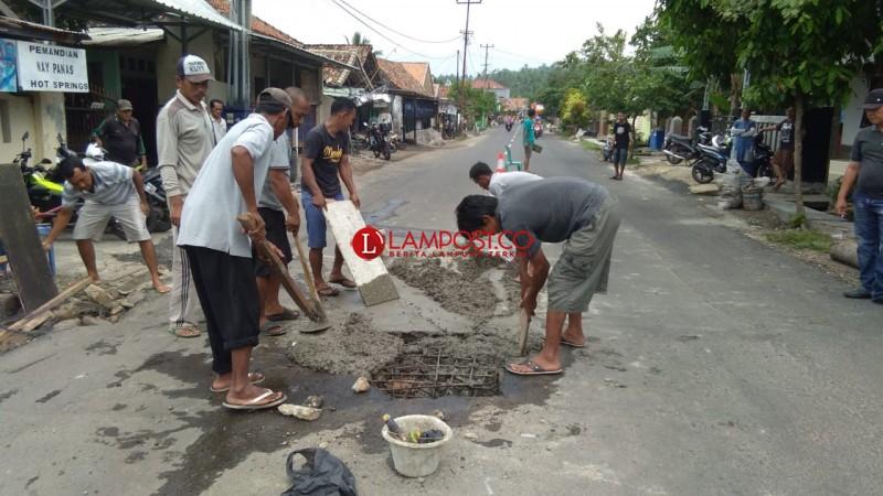 Gorong-gorong Ambrol di Ruas Jalan Kalianda Diperbaiki