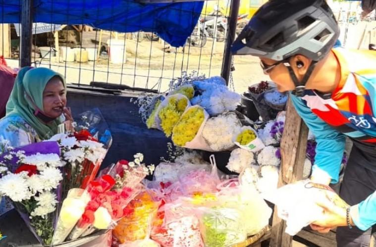 Gowes Lampung Bagikan Hand Sanitizer dan Masker Gratis