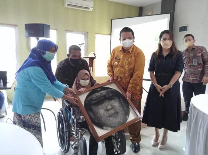 Gubernur Mengaku Terharu saat Terima Lukisan Karya Anak Disabilitas Metro