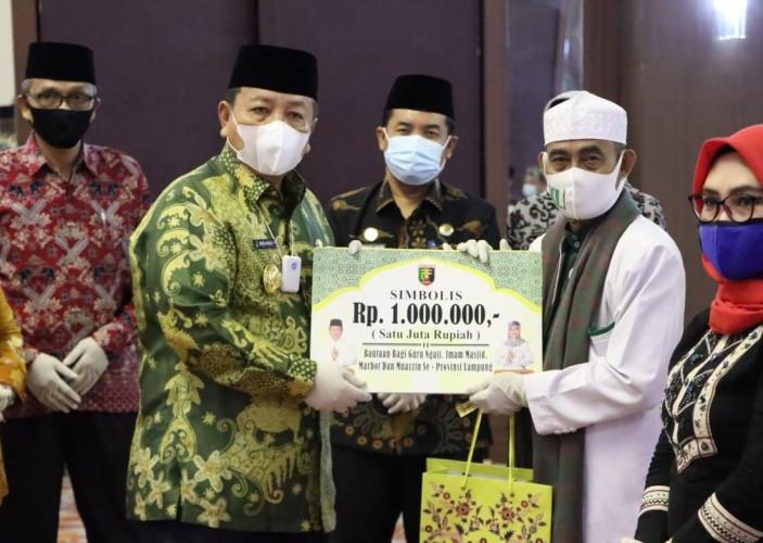 Gubernur Serahkan Bantuan pada 640 Guru Ngaji Hingga Marbot Masjid