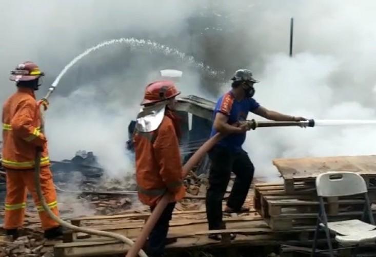 Gudang Alat Tower di Jalan Tirtayasa Bandar Lampung Ludes Terbakar