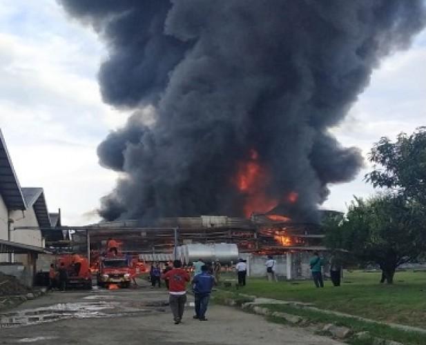 Gudang PT Mardec Singer Way Kanan Terbakar