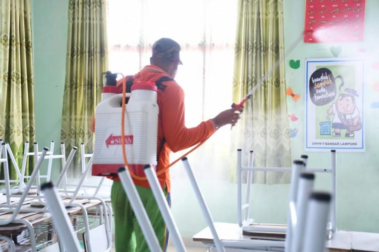 Gugus Tugas Covid-19 Bandar Lampung Semprotkan Disinfektan di Sekolah