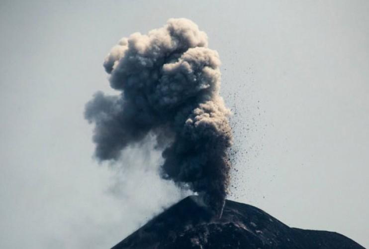 Gunung Anak Krakatau Kembali Semburkan Abu Vulkanik