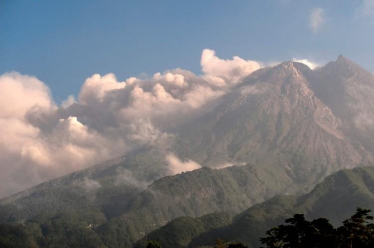 Gunung Merapi Erupsi, Semburkan Hujan Abu