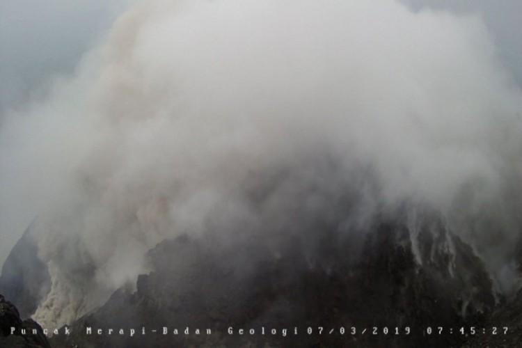 Gunung Merapi Luncurkan Lagi Awan Panas