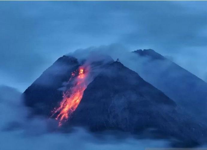 Gunung Merapi Luncurkan Lava Pijar Sejauh 900 Meter
