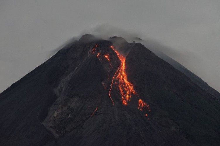 Gunung Merapi Masih Terus Keluarkan Lava Pijar