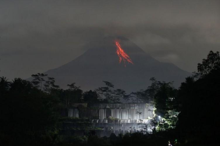 Gunung Merapi Muntahkan Awan Panas Pagi Tadi