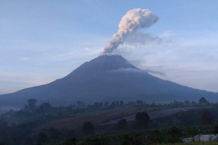 Gunung Sinabung Muntahkan Abu Vulkanik Setinggi 700 Meter