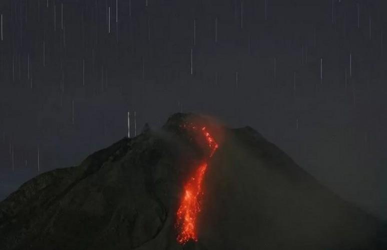 Gunung Sinabung Muntahkan Lava Pijar Sejauh 2 Km