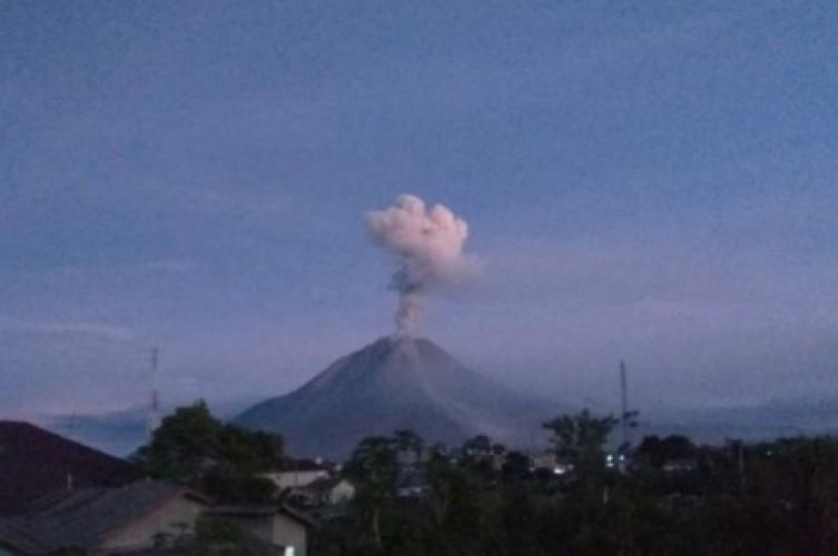 Gunung Sinabung Semburkan Abu Vulkanik 1.000 Meter