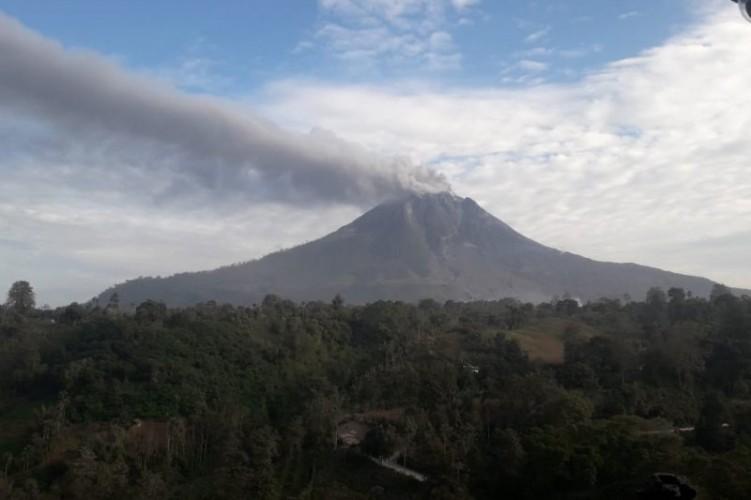 Gunung Sinabung Semburkan Awan Panas Setinggi 2.500 Meter