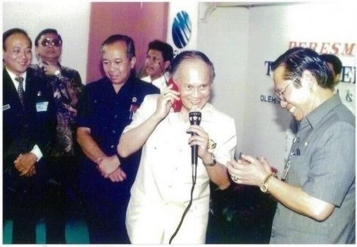 Habibie Tokoh di Balik Kelahiran Telkomsel