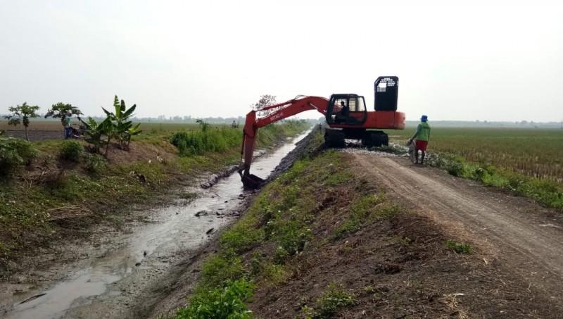 Hadapi Kemarau, Petani di Bandanhurip Swadaya Normalisasi Saluran Sekunder
