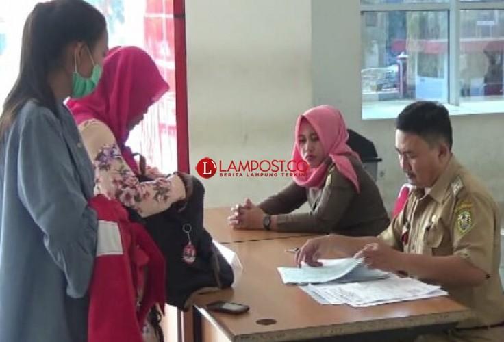 Hari Pertama Cuti, Disdukcapil Bandar Lampung Layani Ratusan Warga Urus Dokumen Kependudukan