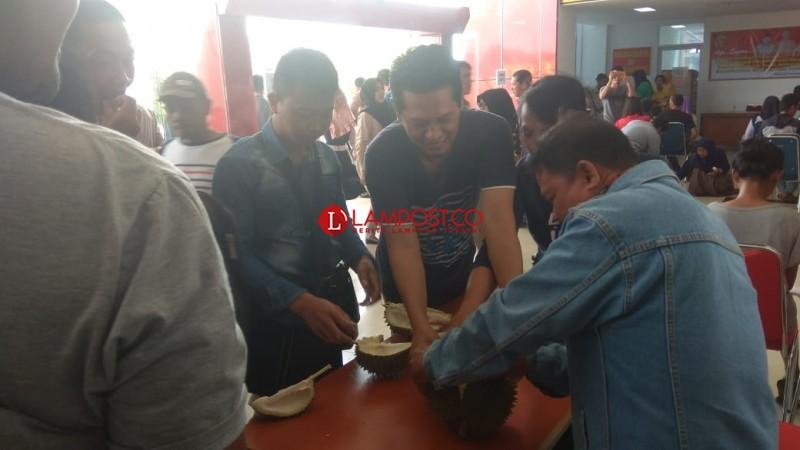 Herman HN Bagi-Bagi Durian kepada Warga di Mal Pelayanan Publik