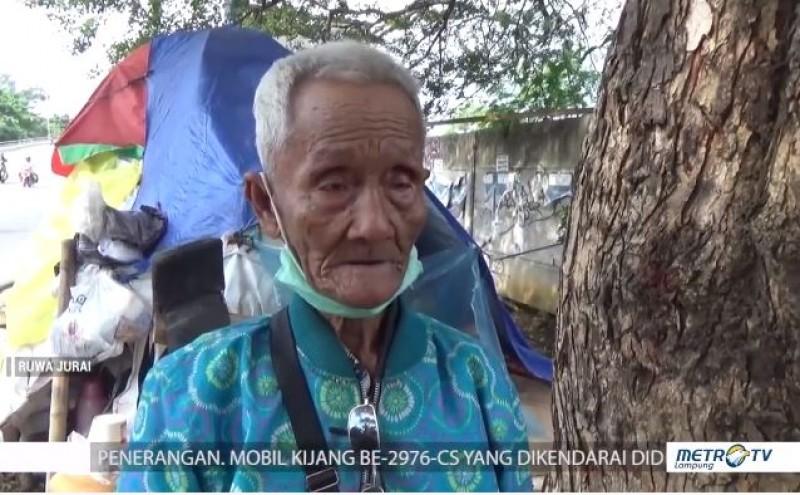 Hidup Sebatang Kara, Kakek Raden Intan Tinggal di Gubuk Terpal