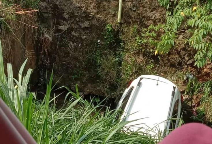 Hilang Kendali, Mobil Terperosok ke Drainase di Pasar Tani