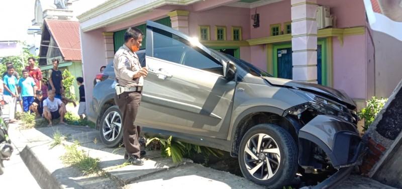 Hilang Kendali, Toyota Rush Tabrak Rumah Warga di Pesisir Tengah