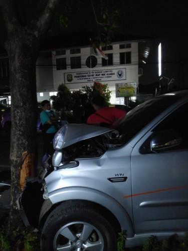 Hindari Pemotor, Pengendara Rush Tabrak Mobil Pedagang Nasi Goreng