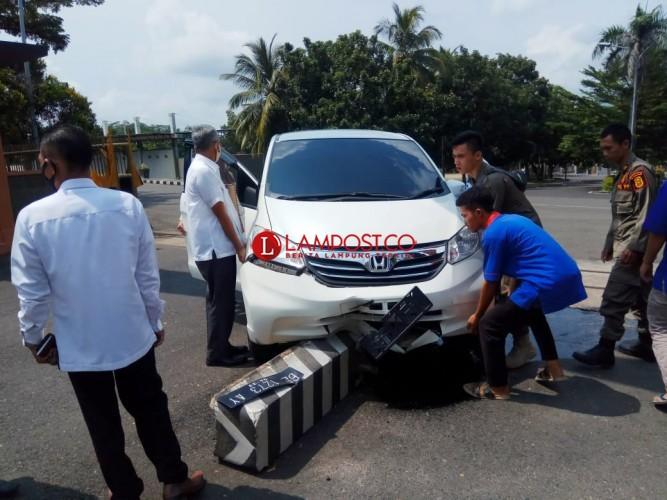Honda Freed Tabrak Pembatas Jalan di Depan Kantor Bupati Lamsel