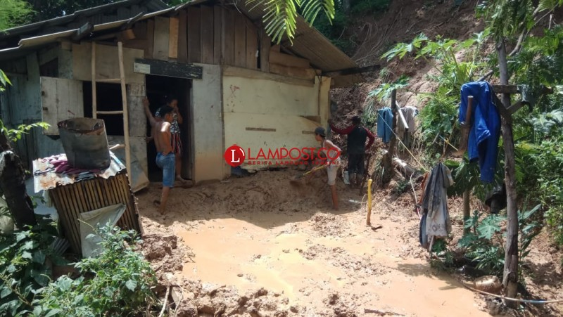 Hujan Deras, 6 Rumah di Panjang Terkena Longsor