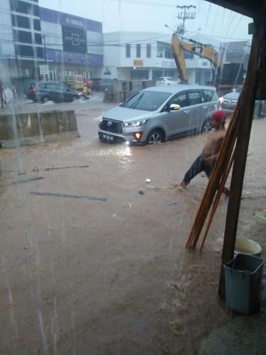 Hujan Deras Akibatkan Jalan Sultan Agung Tergenang