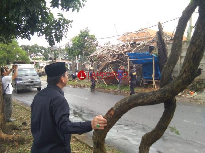 Hujan Deras Disertai Angin Rusak Lapak Pedagang Buah di Jalan Imba Kusuma