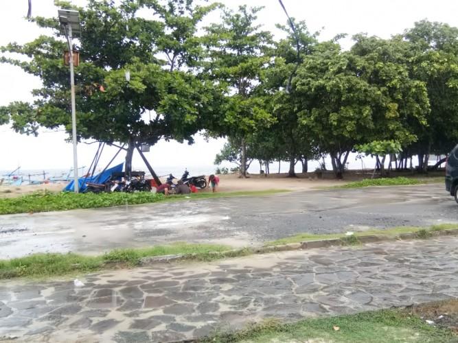 Hujan, Pantai Labuhan Jukung Sepi Pengunjung