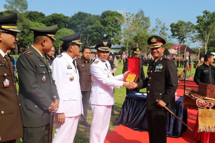 HUT Bhayangkara, Dua Personel Polres Lambar dapat Hadiah Umrah