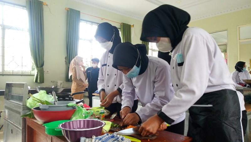 <i>Antusiasme Siswa SMK Kembali Belajar di Sekolah</i>