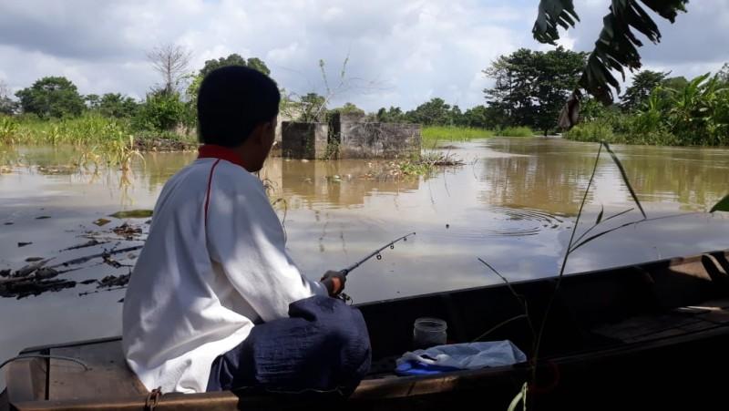 <i>Berburu Ikan di Atas Luapan Sungai Way Tulangbawang</i>